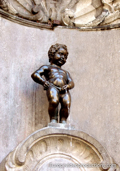 foto manneken pis statue in br ssel in belgien. Black Bedroom Furniture Sets. Home Design Ideas